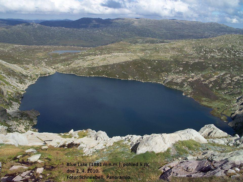 Blue Lake (1881 m n.m.), pohled k JV, dne 2. 4. 2010. Foto: Schneebeli, Panoramio.