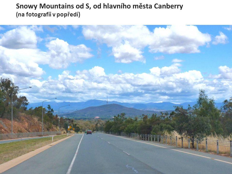 Snowy Mountains od S, od hlavního města Canberry (na fotografii v popředí)