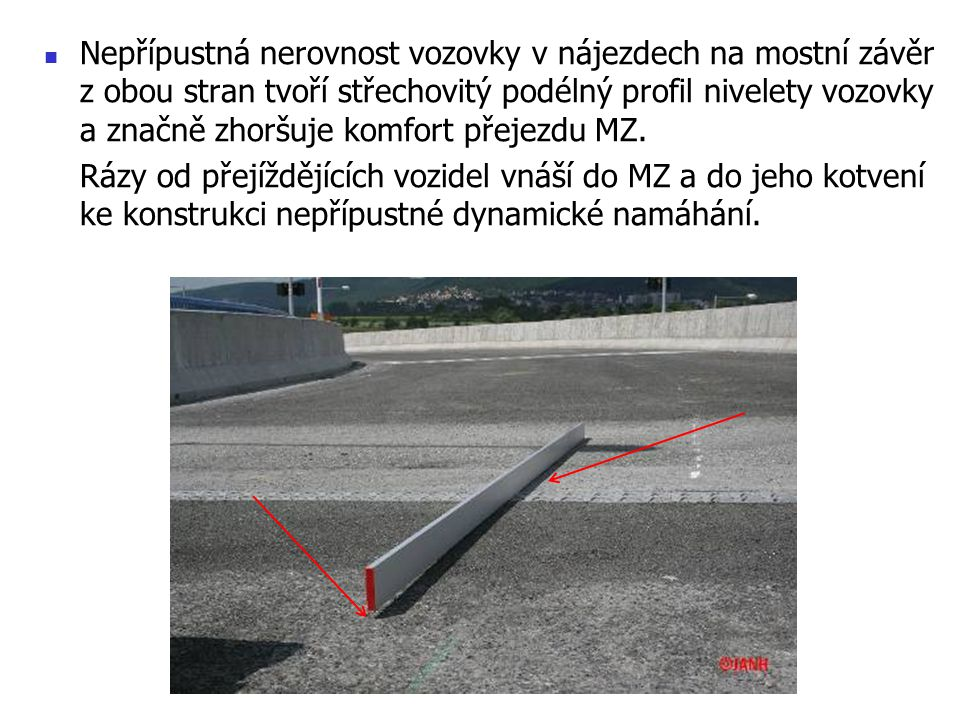 Nepřípustná nerovnost vozovky v nájezdech na mostní závěr z obou stran tvoří střechovitý podélný profil nivelety vozovky a značně zhoršuje komfort pře