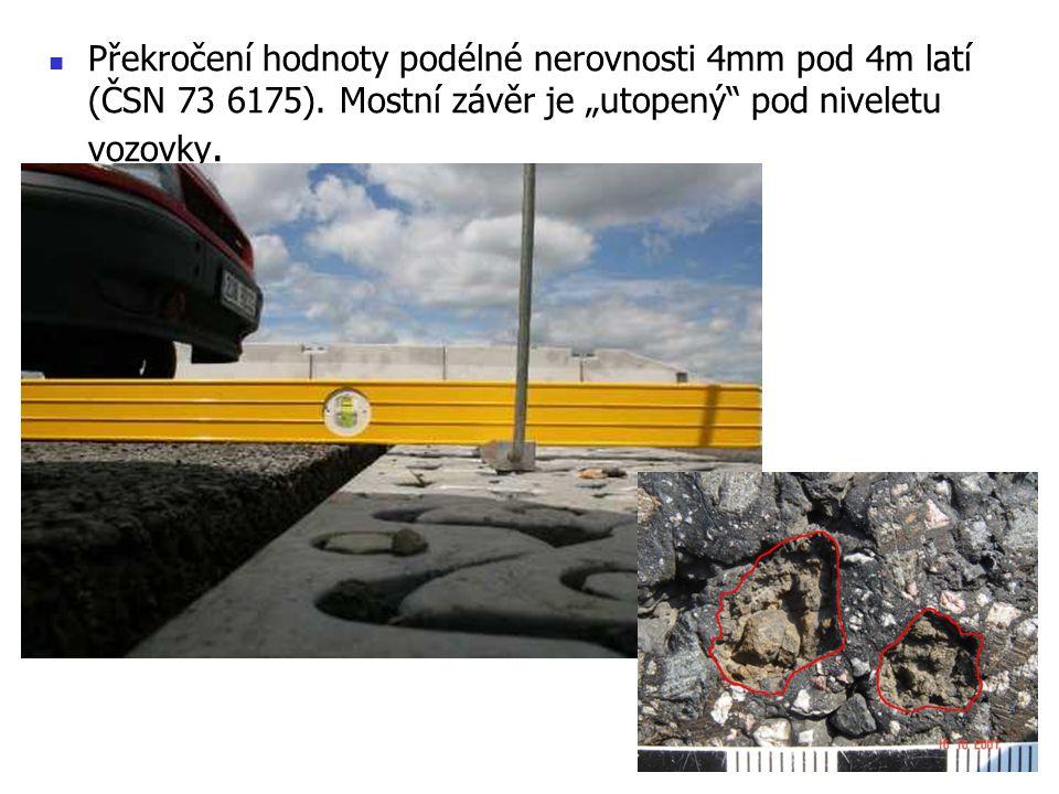 """Překročení hodnoty podélné nerovnosti 4mm pod 4m latí (ČSN 73 6175). Mostní závěr je """"utopený"""" pod niveletu vozovky."""