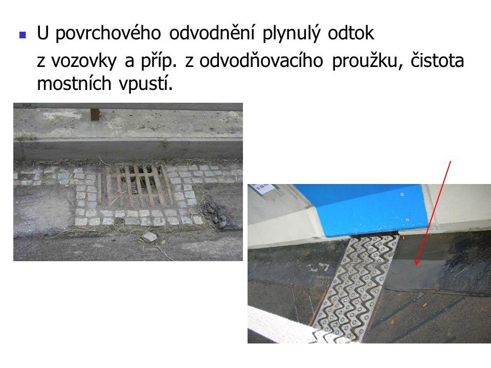 U povrchového odvodnění plynulý odtok z vozovky a příp. z odvodňovacího proužku, čistota mostních vpustí.