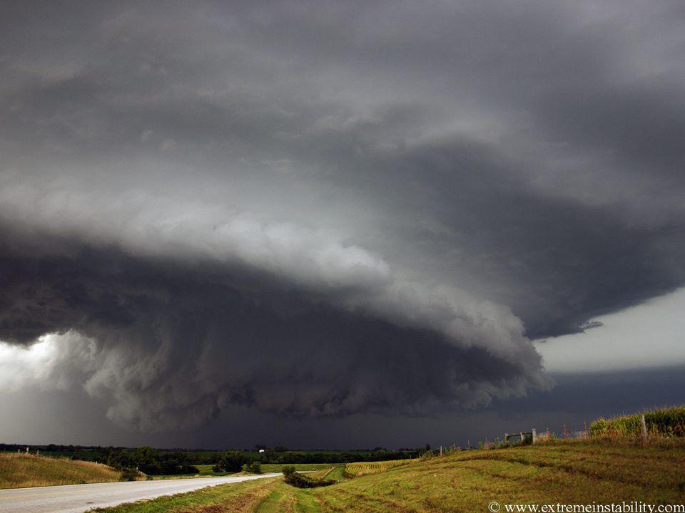 Atmosférické srážky – produkt kondenzace vodních par v ovzduší Vertikální – déšť, mrholení, sníh, sněhové krupky, sněhová zrna, námrazové krupky, kroupy, sněhové jehličky… Měří se úhrn ( množství ) srážek spadlých na jednotku plochy – ( mm / m 2 ) Horizontální ( vznikající kondenzací vodní páry na zemském povrchu, předmětech, vegetaci…) – rosa, jíní, jinovatka, námraza, ledovka, náledí…