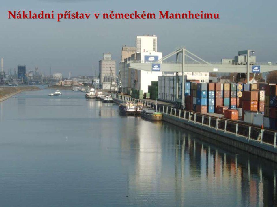 Nákladní přístav v německém Mannheimu