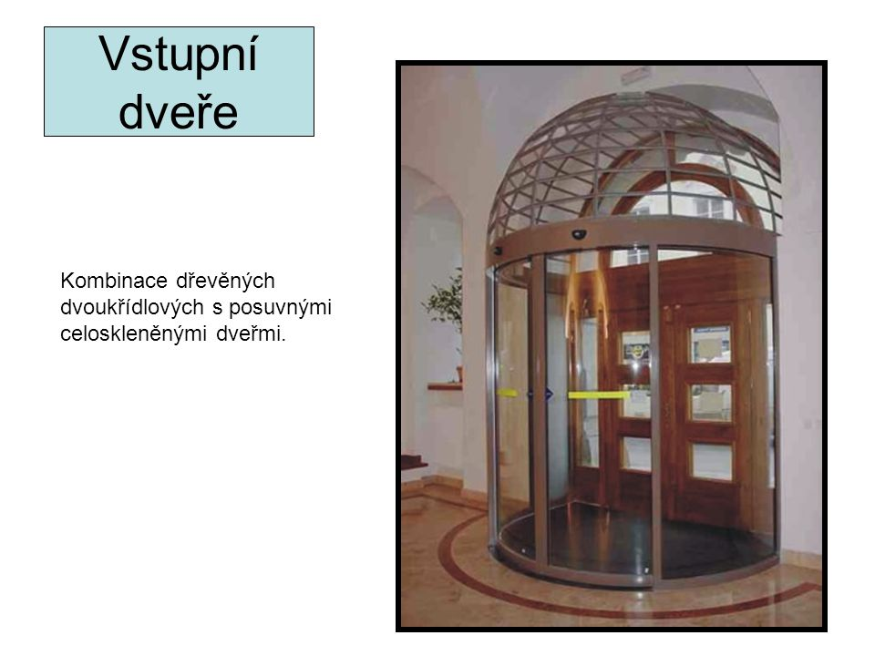 Vstupní dveře Kombinace dřevěných dvoukřídlových s posuvnými celoskleněnými dveřmi.