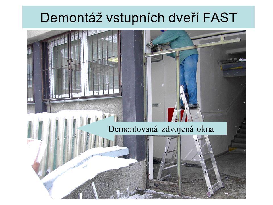 Demontáž vstupních dveří FAST Demontovaná zdvojená okna