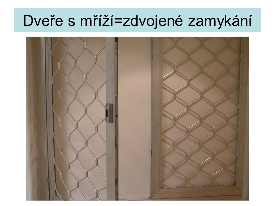 Dveře s mříží=zdvojené zamykání