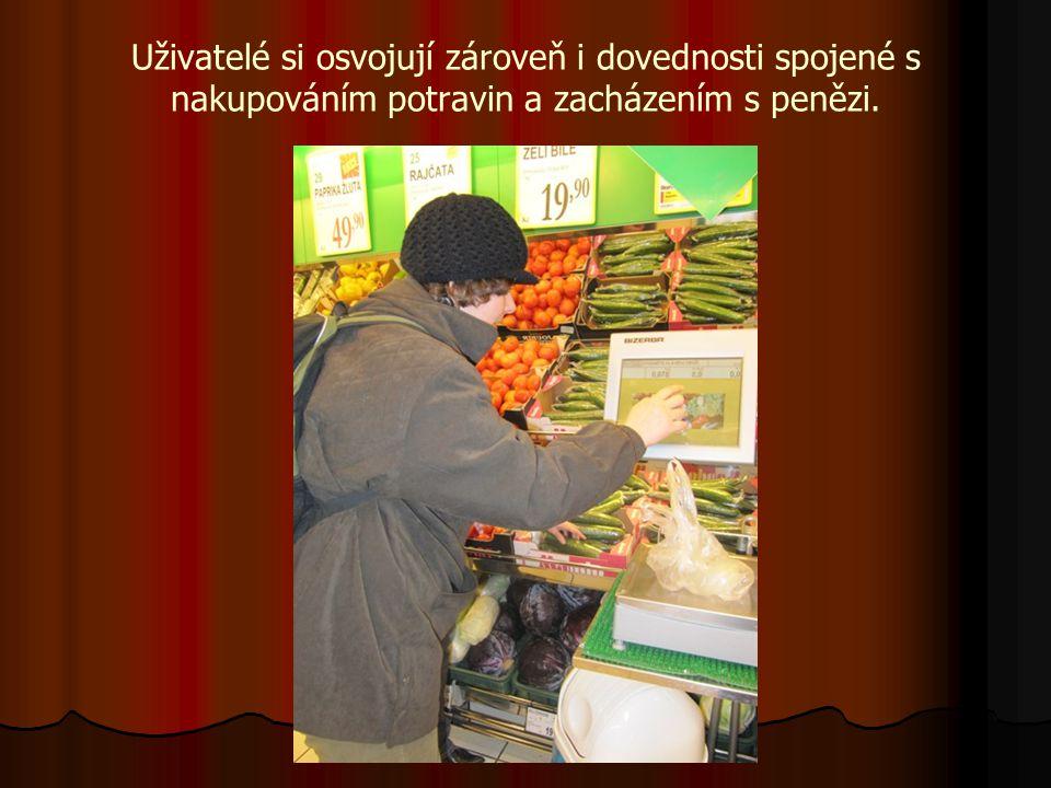 Uživatelé si osvojují zároveň i dovednosti spojené s nakupováním potravin a zacházením s penězi.