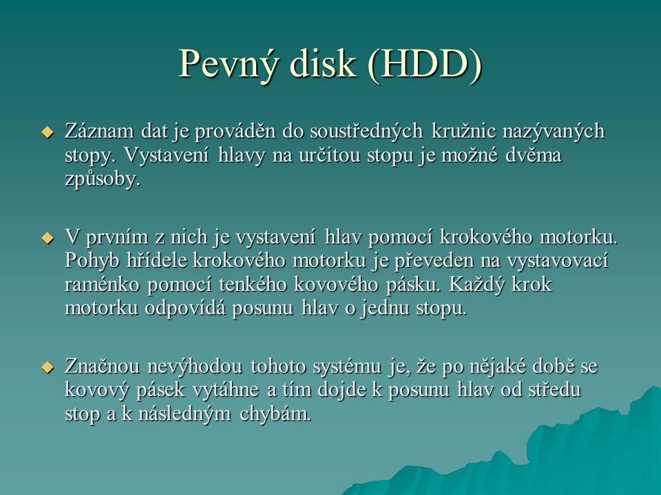 Pevný disk (HDD)  Záznam dat je prováděn do soustředných kružnic nazývaných stopy.
