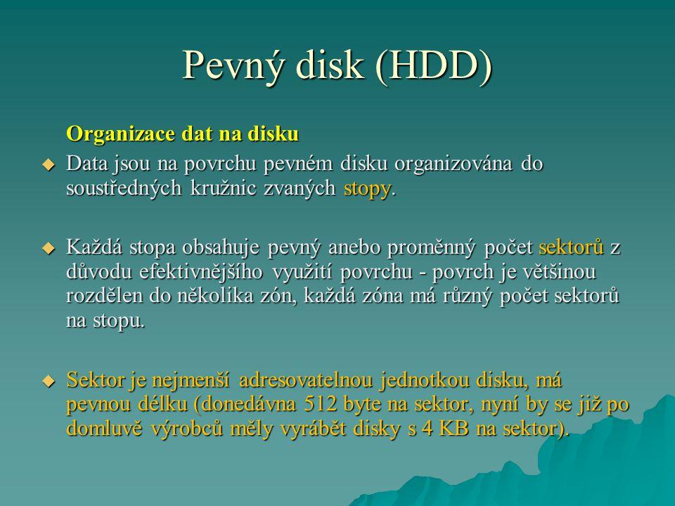 Pevný disk (HDD) Organizace dat na disku  Data jsou na povrchu pevném disku organizována do soustředných kružnic zvaných stopy.