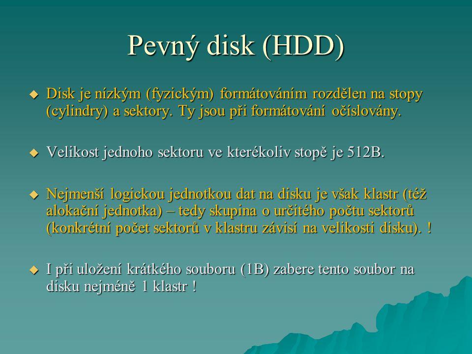 Pevný disk (HDD)  Disk je nízkým (fyzickým) formátováním rozdělen na stopy (cylindry) a sektory.