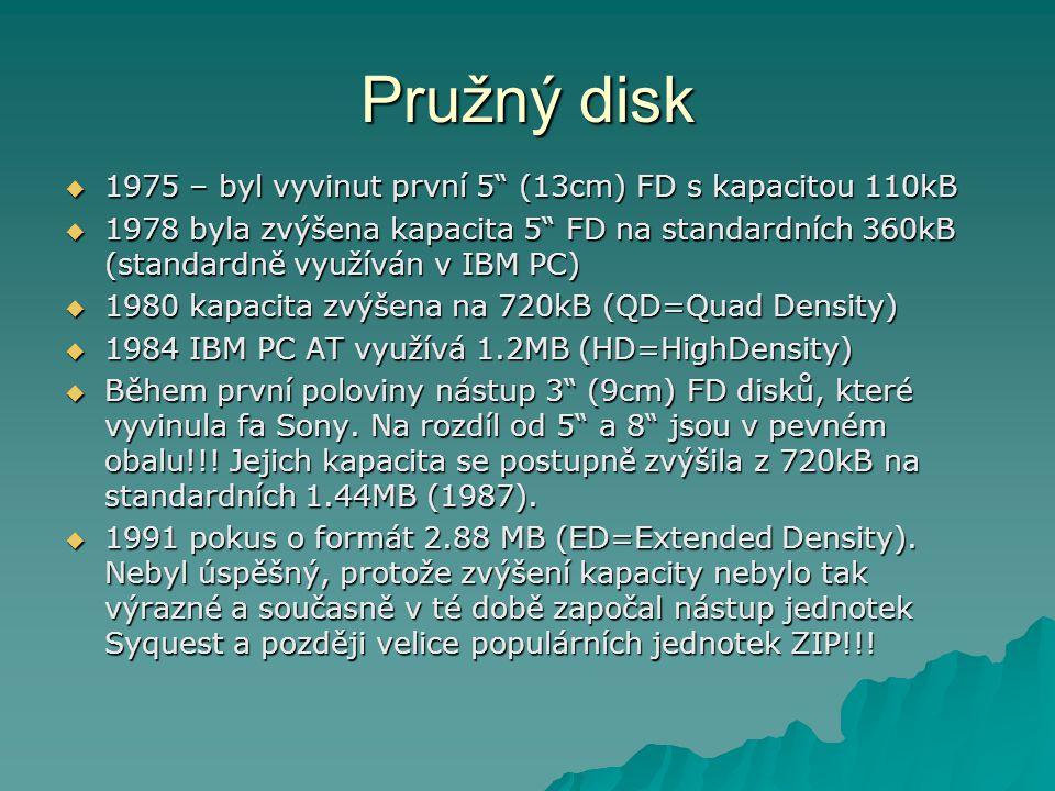 Pružný disk  1975 – byl vyvinut první 5 (13cm) FD s kapacitou 110kB  1978 byla zvýšena kapacita 5 FD na standardních 360kB (standardně využíván v IBM PC)  1980 kapacita zvýšena na 720kB (QD=Quad Density)  1984 IBM PC AT využívá 1.2MB (HD=HighDensity)  Během první poloviny nástup 3 (9cm) FD disků, které vyvinula fa Sony.