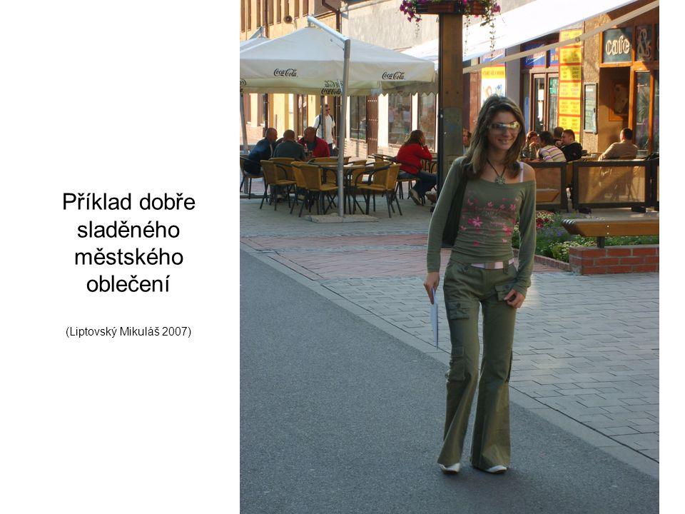 Příklad dobře sladěného městského oblečení (Liptovský Mikuláš 2007)