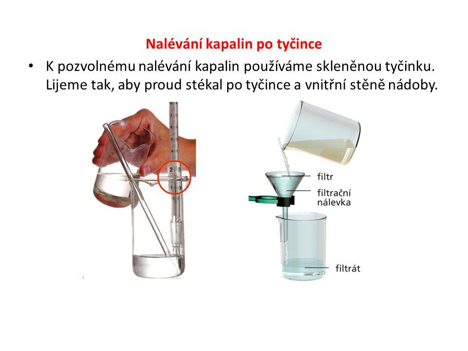 Nalívání kapalin do zkumavky Do zkumavky nalíváme kapalinu tak, že zkumavku držíme mezi palcem a ukazováčkem ve výši očí, ale v dostatečné vzdálenosti od očí.