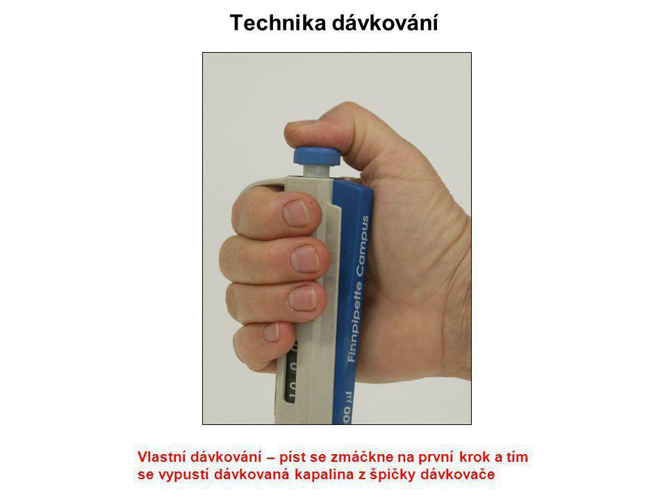 Technika dávkování Vlastní dávkování – píst se zmáčkne na první krok a tím se vypustí dávkovaná kapalina z špičky dávkovače