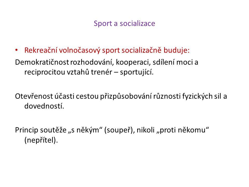 Sport a socializace Rekreační volnočasový sport socializačně buduje: Demokratičnost rozhodování, kooperaci, sdílení moci a reciprocitou vztahů trenér