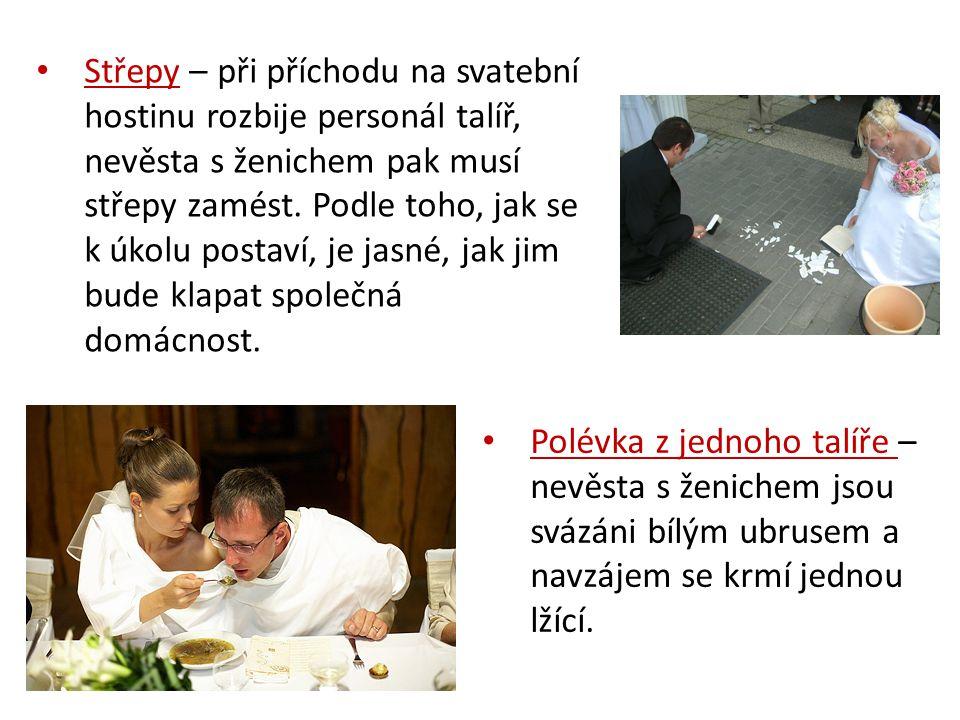 Střepy – při příchodu na svatební hostinu rozbije personál talíř, nevěsta s ženichem pak musí střepy zamést.