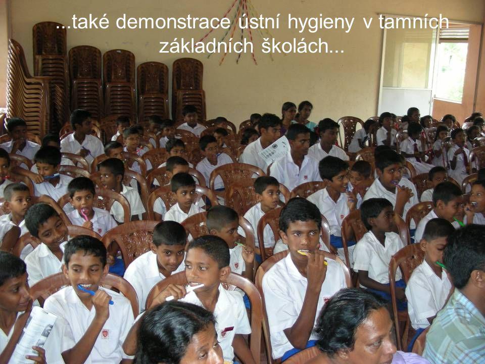 ...také demonstrace ústní hygieny v tamních základních školách...