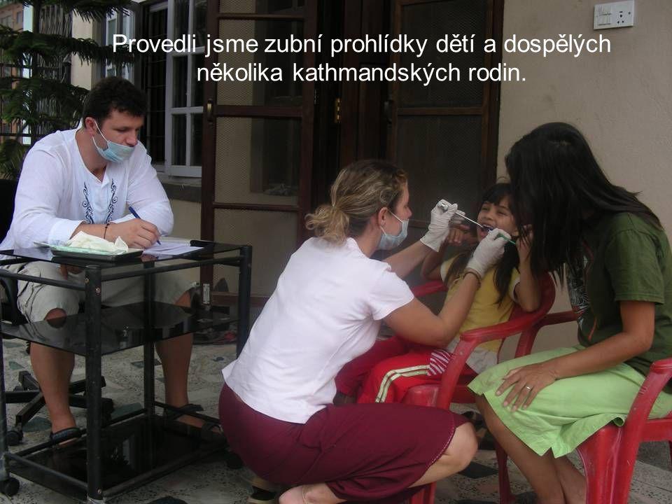 Provedli jsme zubní prohlídky dětí a dospělých několika kathmandských rodin.