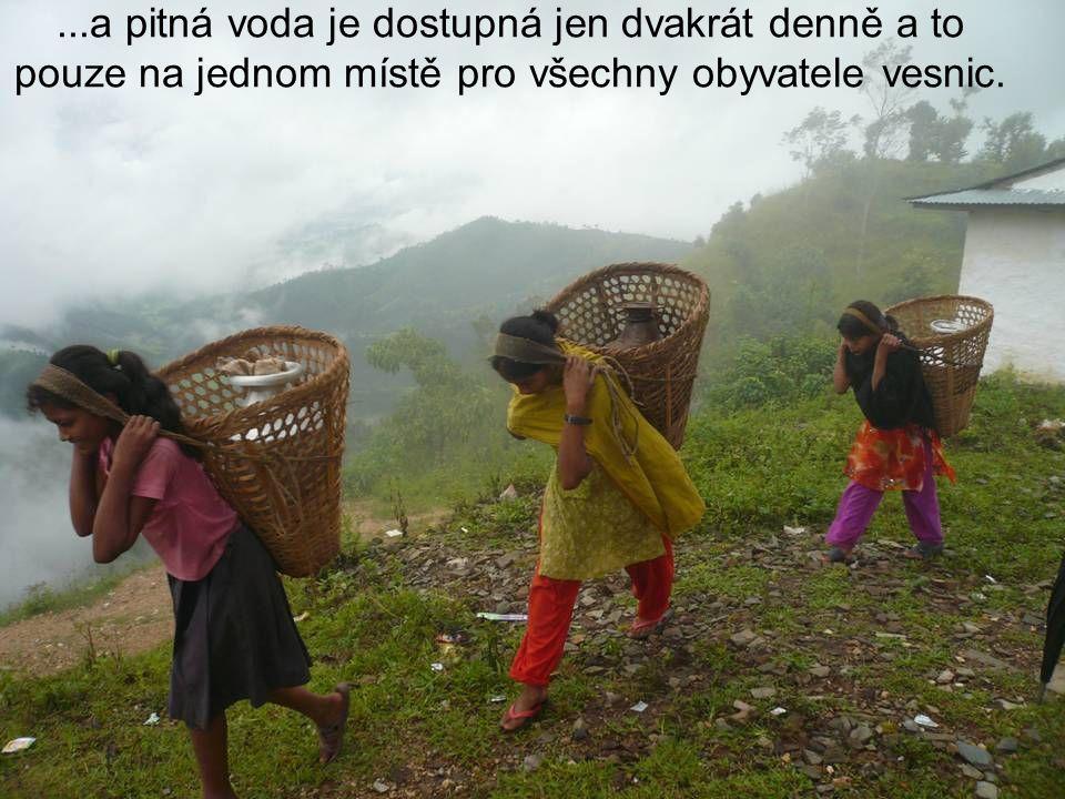 ...a pitná voda je dostupná jen dvakrát denně a to pouze na jednom místě pro všechny obyvatele vesnic.