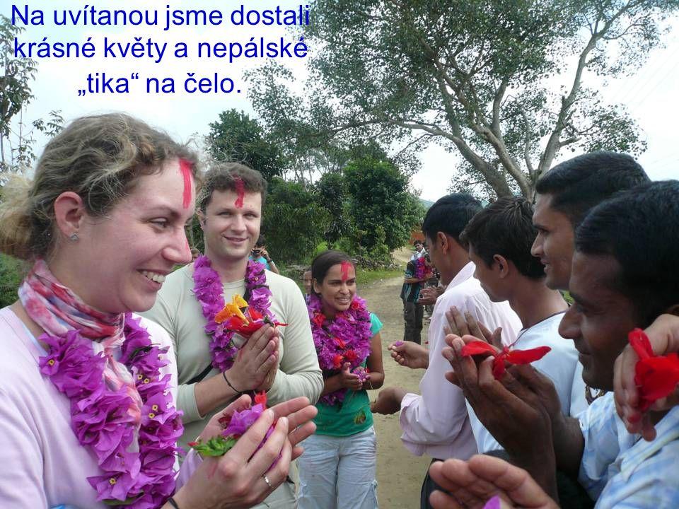 """Na uvítanou jsme dostali krásné květy a nepálské """"tika na čelo."""