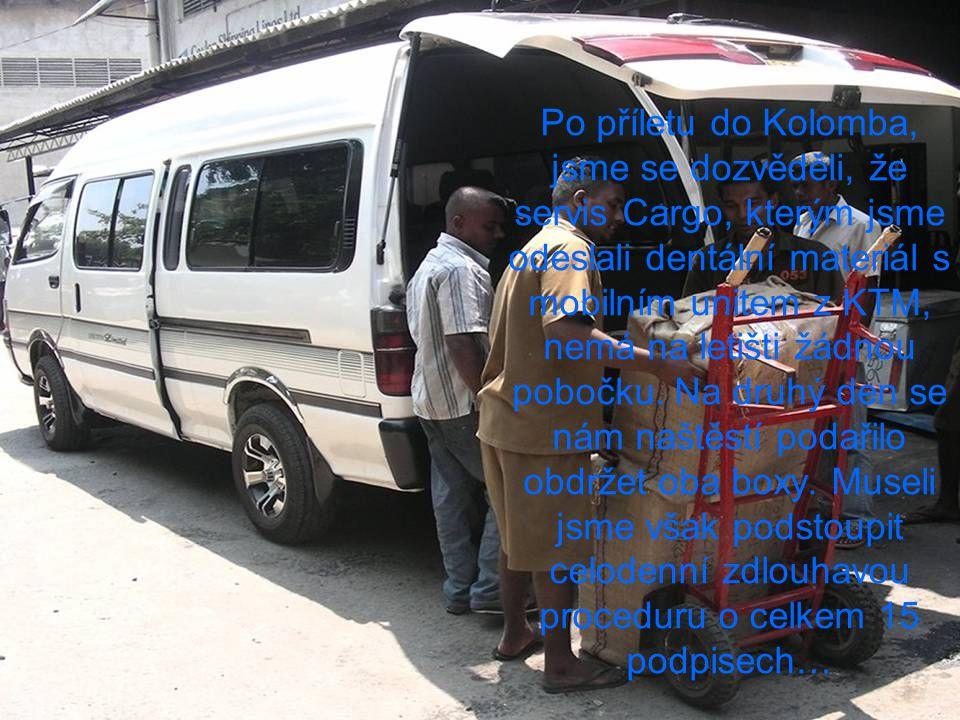 Po příletu do Kolomba, jsme se dozvěděli, že servis Cargo, kterým jsme odeslali dentální materiál s mobilním unitem z KTM, nemá na letišti žádnou pobočku.