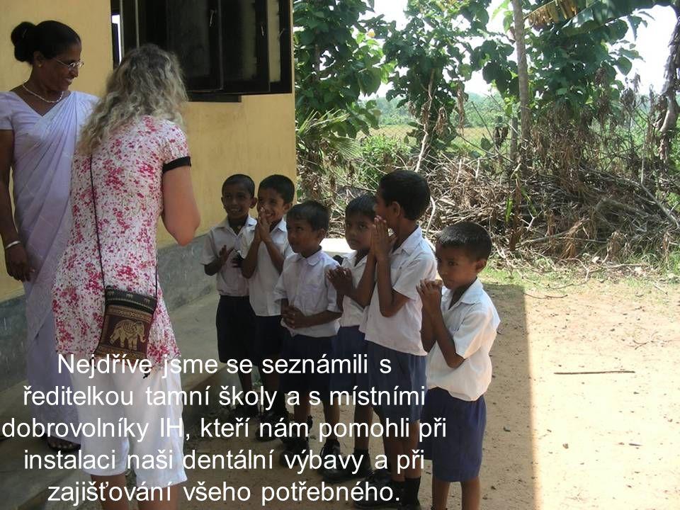 Nejdříve jsme se seznámili s ředitelkou tamní školy a s místními dobrovolníky IH, kteří nám pomohli při instalaci naši dentální výbavy a při zajišťování všeho potřebného.
