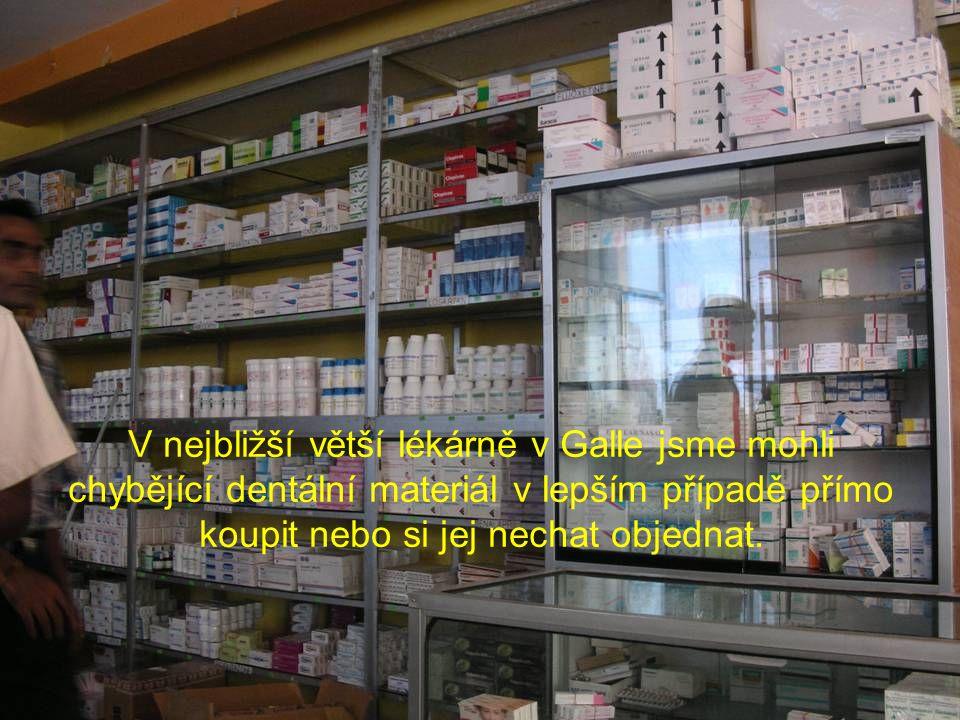 V nejbližší větší lékárně v Galle jsme mohli chybějící dentální materiál v lepším případě přímo koupit nebo si jej nechat objednat.