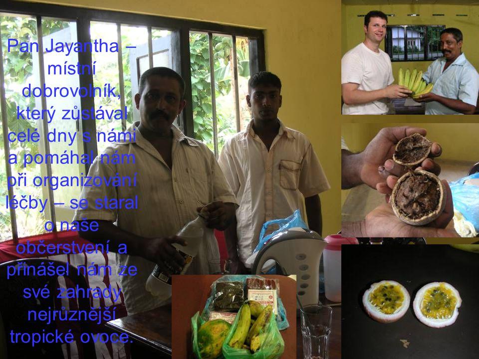 Pan Jayantha – místní dobrovolník, který zůstával celé dny s námi a pomáhal nám při organizování léčby – se staral o naše občerstvení a přinášel nám ze své zahrady nejrůznější tropické ovoce.