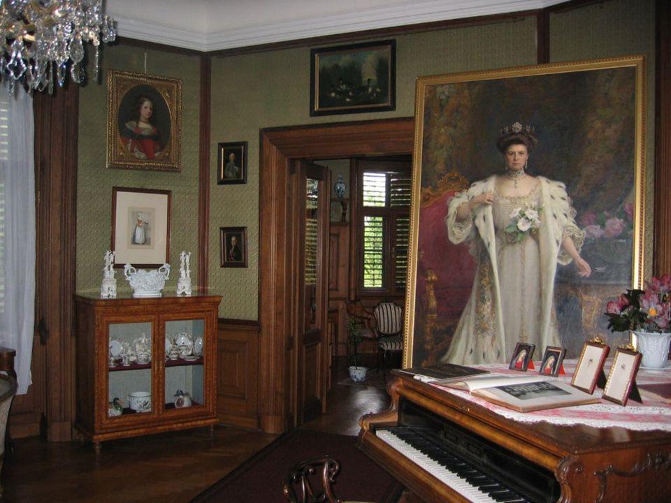 Do zámku umístil své rozsáhlé sbírky, které získal jednak jako dědictvi po svých italských předcích, jednak vlastní sběratelskou činností.