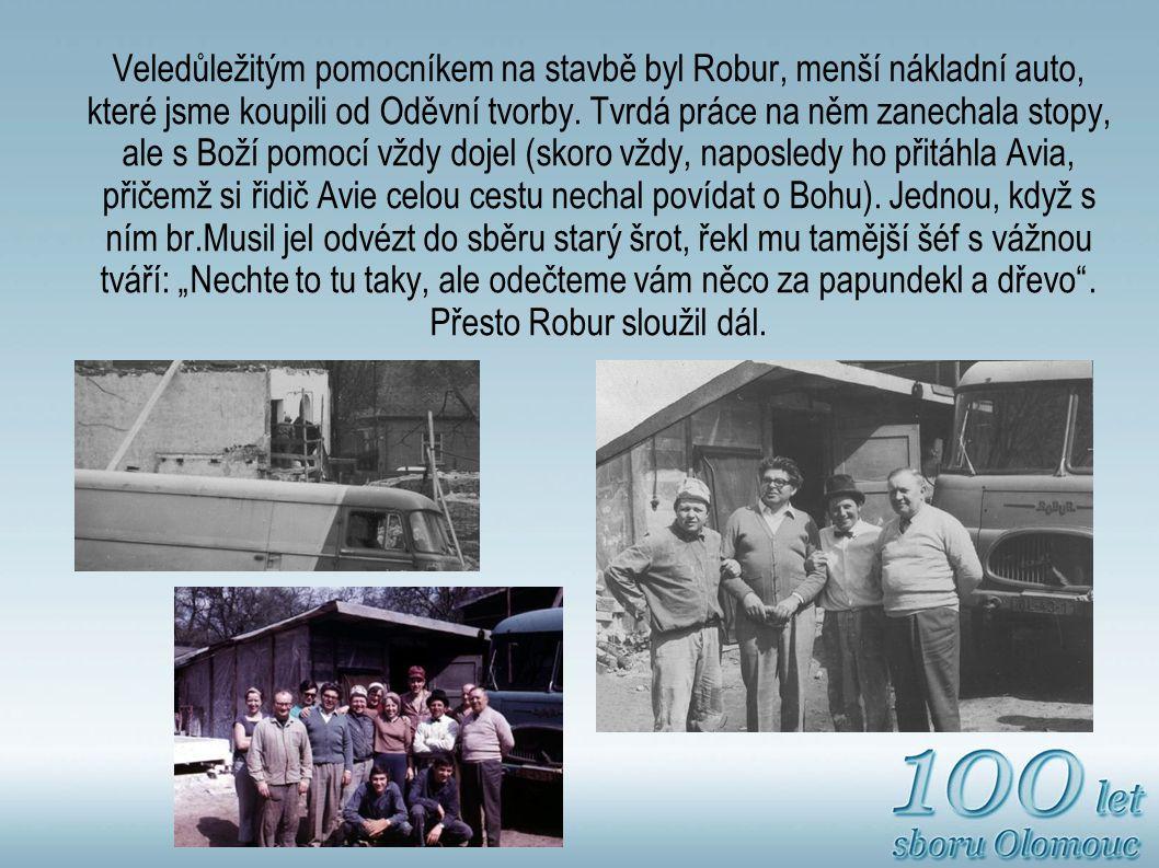 Veledůležitým pomocníkem na stavbě byl Robur, menší nákladní auto, které jsme koupili od Oděvní tvorby.