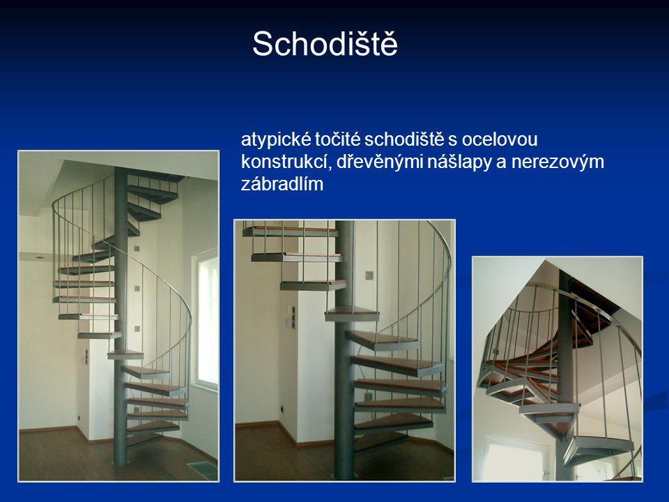 atypické točité schodiště s ocelovou konstrukcí, dřevěnými nášlapy a nerezovým zábradlím Schodiště
