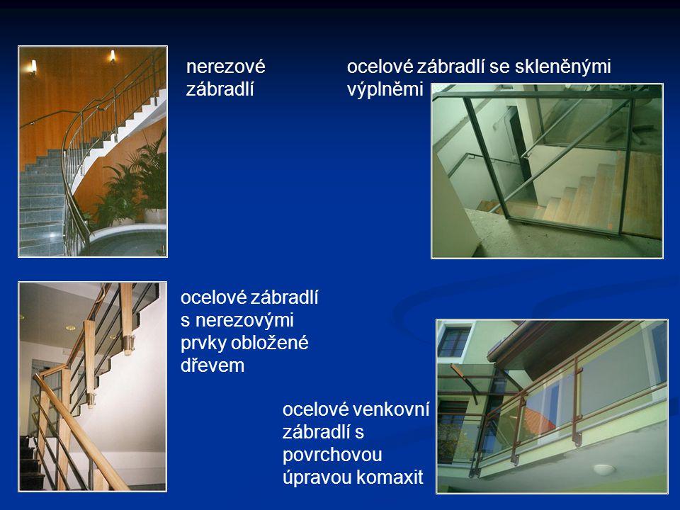 nerezové zábradlí se skleněnými panely a dřevěným madlem Zábradlí