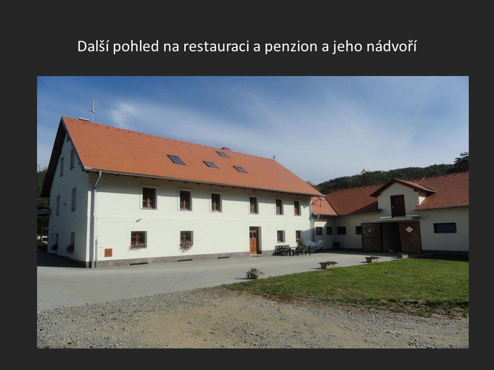 Boční pohled na budovu-restauraci a penzion