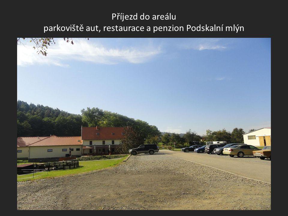 Pohled na nedalekou obec TROUBSKO z příjezdové silnice do areálu Podskalní mlýn