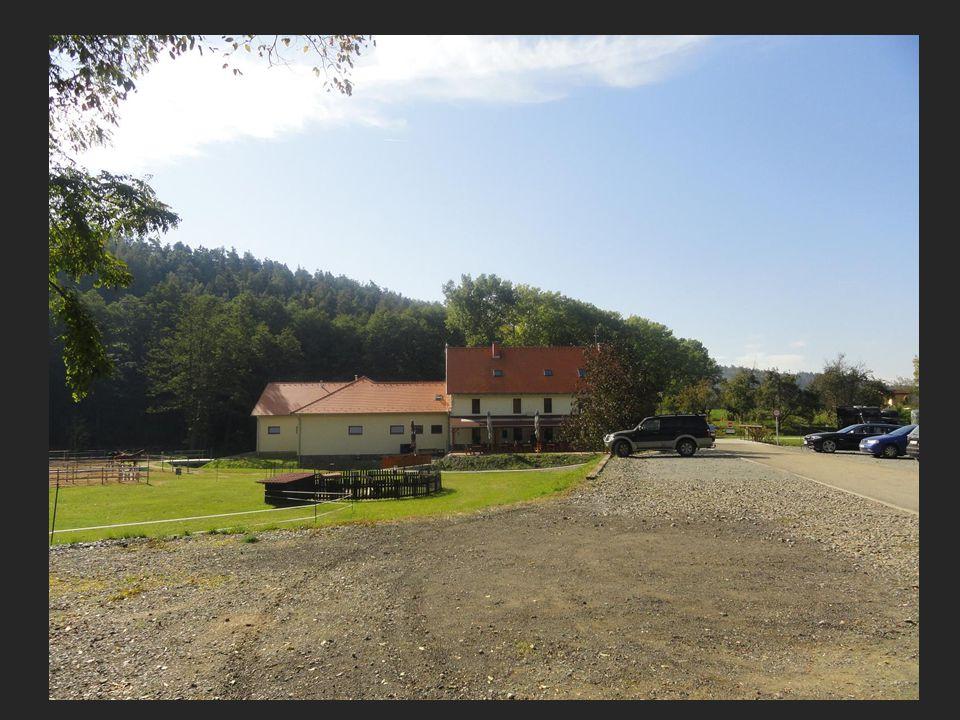Příjezd do areálu parkoviště aut, restaurace a penzion Podskalní mlýn