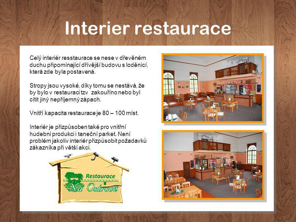 Interier restaurace Celý interiér resstaurace se nese v dřevěném duchu připomínající dřívější budovu s loděnicí, která zde byla postavená.