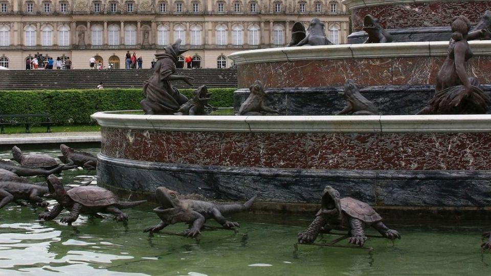 Mezi zámecké klenoty patří obrovská fontána s hrou vodních proudů.