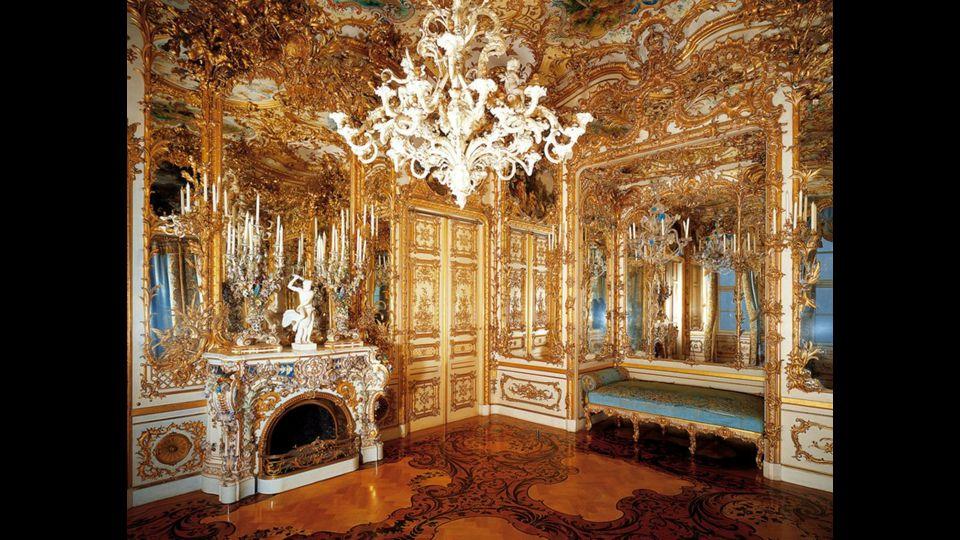 Zrcadlový sál je věrná kopie sálu ve Versailles. Má délku 98 m, na stropě visí 35 křišťálových lustrů a po stranách místnosti stojí 52 vysokých svícnů