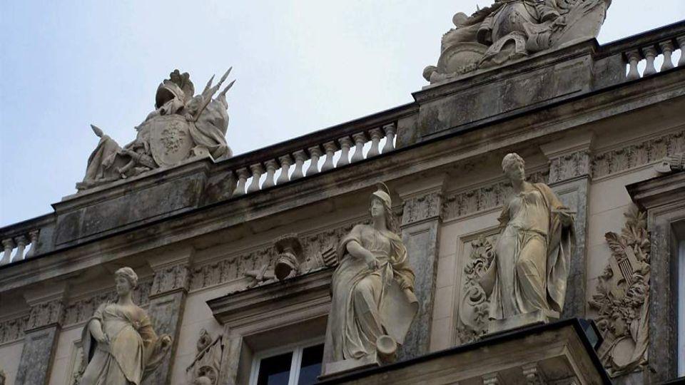 Dal ho postavit bavorský král Ludvík II., bratranec císařovny Sissi, podle vzoru francouzského zámku Versailles, jako poctu Králi Slunce Ludvíku XIV.,