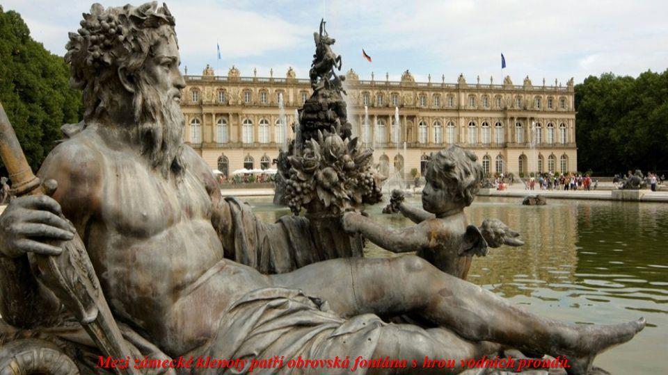 Je obklopena rozsáhlým parkem s fontánami a květinovými zahradami. Podobá se francouzskému Versailles.