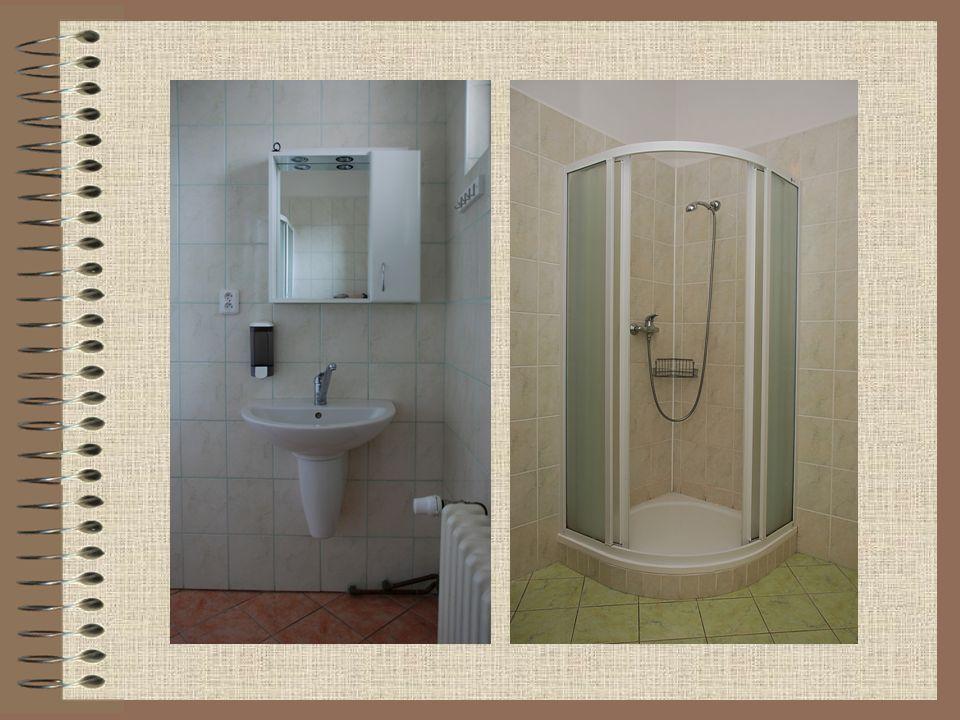 V 1. patře a podkroví jsou tří, čtyř a šestilůžkové pokoje s vlastním sociálním zařízením (sprcha a WC).