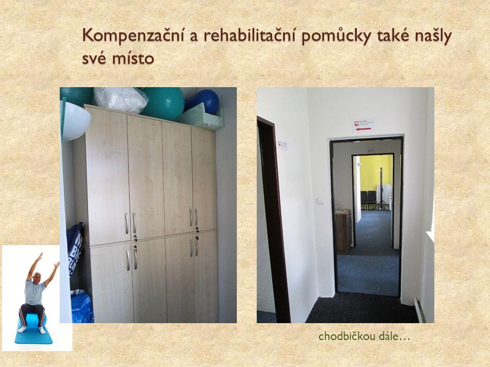 Kompenzační a rehabilitační pomůcky také našly své místo chodbičkou dále…