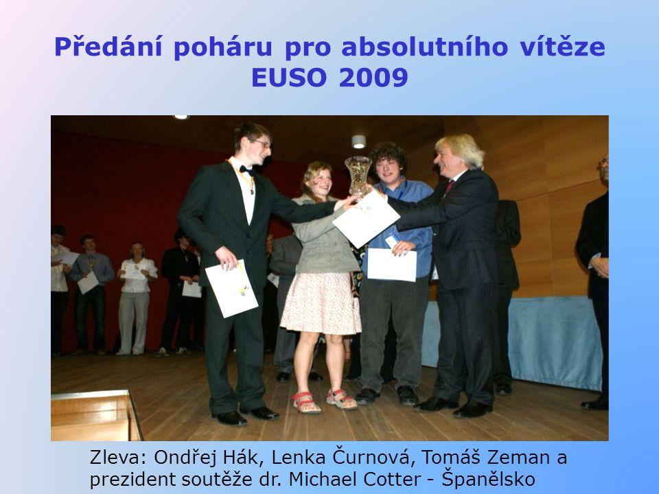 Předání poháru pro absolutního vítěze EUSO 2009 Zleva: Ondřej Hák, Lenka Čurnová, Tomáš Zeman a prezident soutěže dr. Michael Cotter - Španělsko