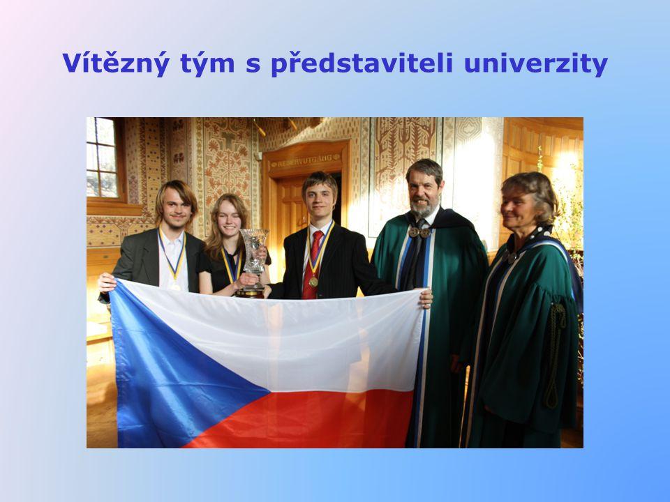 Vítězný tým s představiteli univerzity
