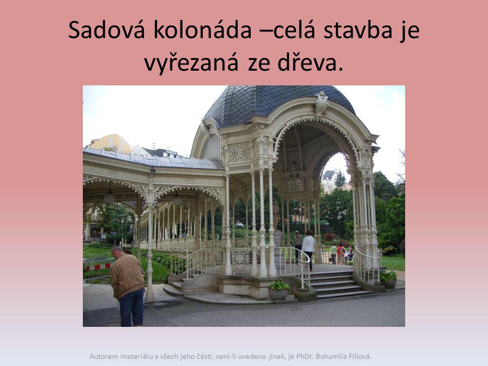 Sadová kolonáda –celá stavba je vyřezaná ze dřeva. Autorem materiálu a všech jeho částí, není-li uvedeno jinak, je PhDr. Bohumila Fillová.