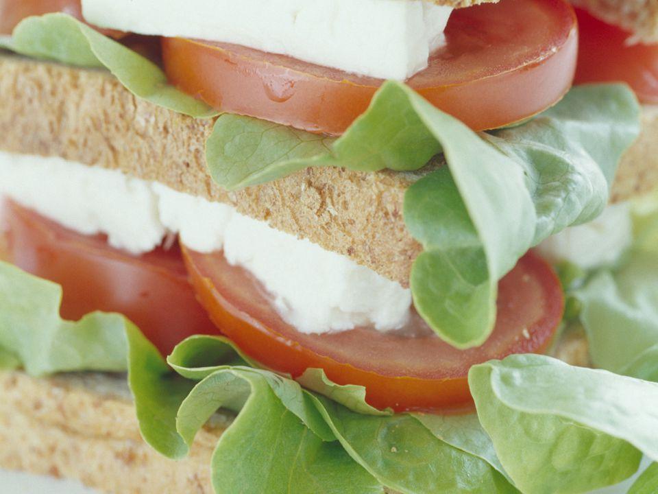  Vegani nejí maso, ryby, drůbež, mléko a výrobky z něj, vejce, med  Vitariáni – jako vegani a pouze tepelně neupravené vegani