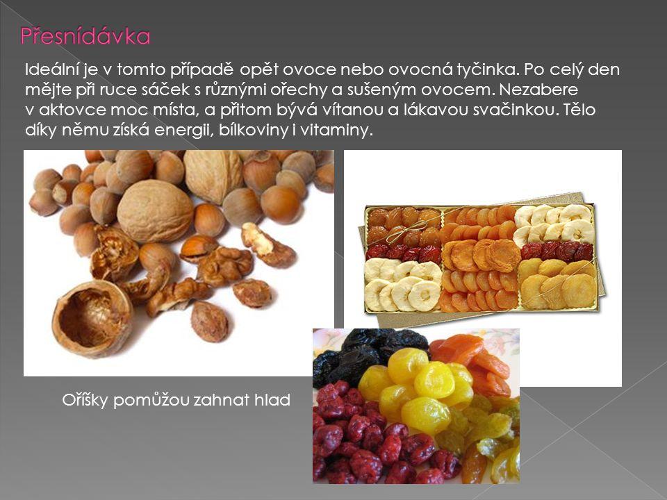 Ideální je v tomto případě opět ovoce nebo ovocná tyčinka. Po celý den mějte při ruce sáček s různými ořechy a sušeným ovocem. Nezabere v aktovce moc