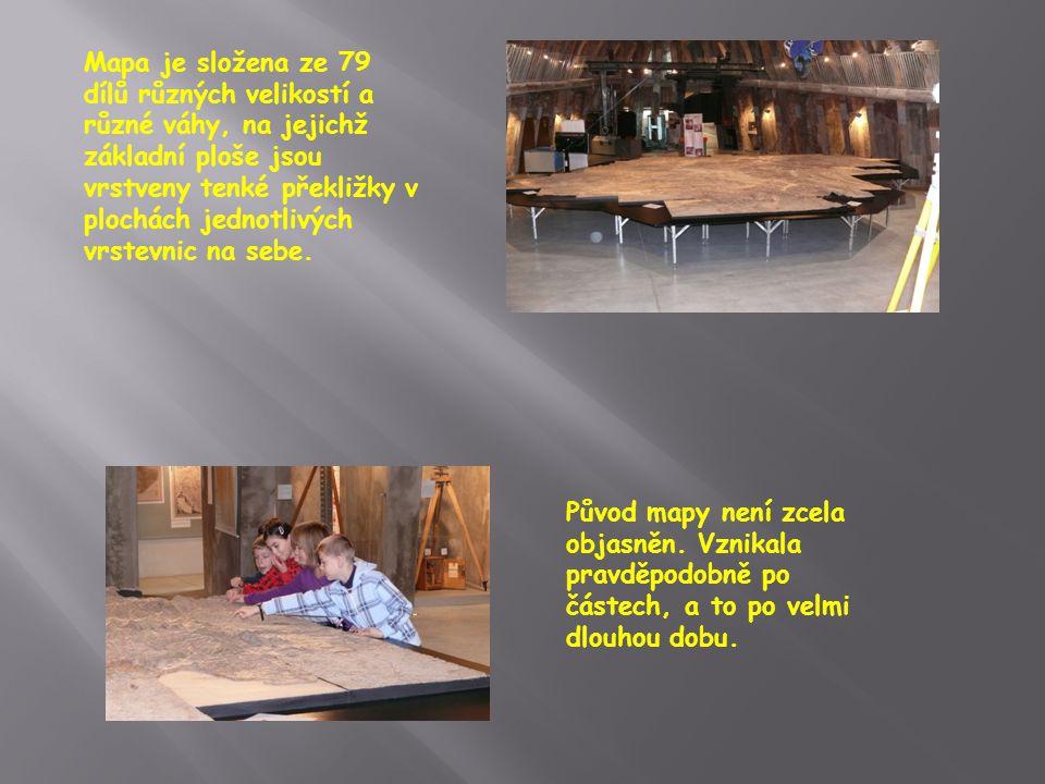 V prosklených výklencích hlavního sálu si můžete prohlédnout geodetické přístroje používané v 19.
