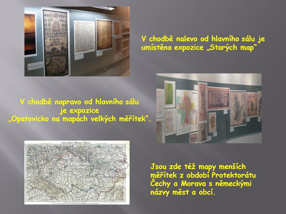 """V chodbě nalevo od hlavního sálu je umístěna expozice """"Starých map V chodbě napravo od hlavního sálu je expozice """"Opatovicko na mapách velkých měřítek ."""