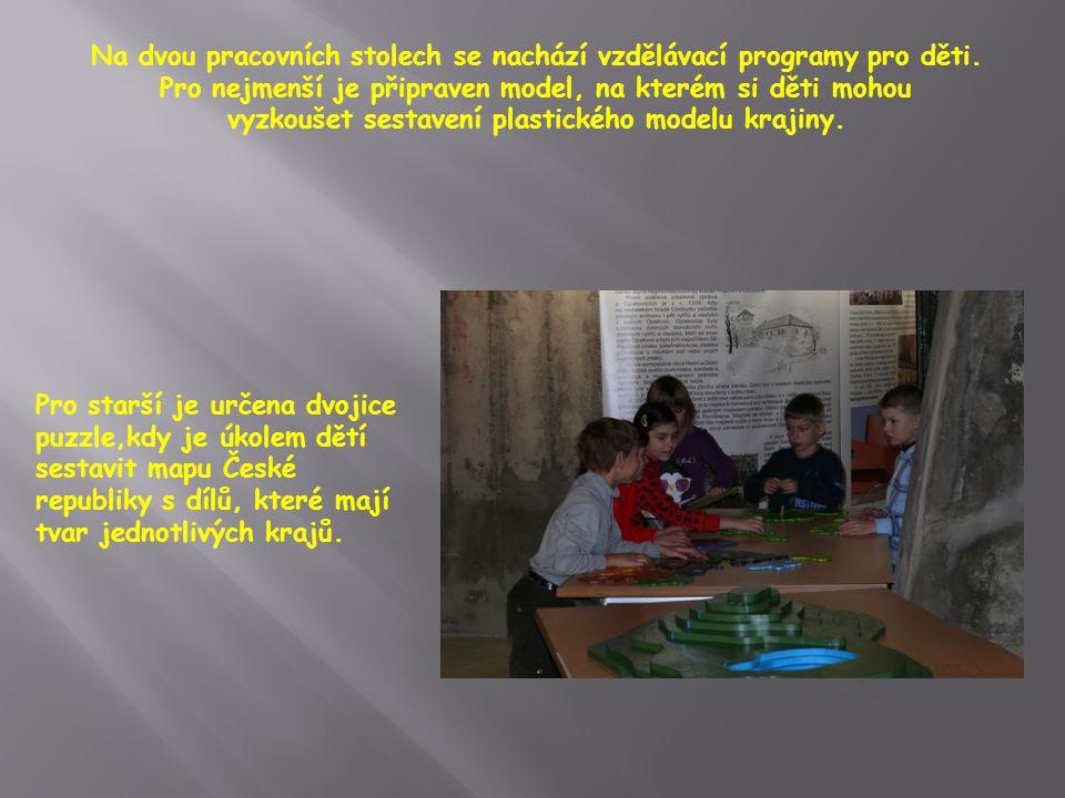 Na dvou pracovních stolech se nachází vzdělávací programy pro děti.